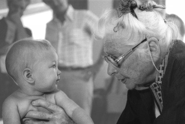 Photo d'Ida Rolf avec un bébé